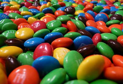 Separació i identificació dels colorants del recobriment dels carmels de xocolata