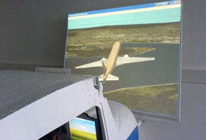 Volar de peus a terra: pràctica en el simulador de vol CESSNA 152